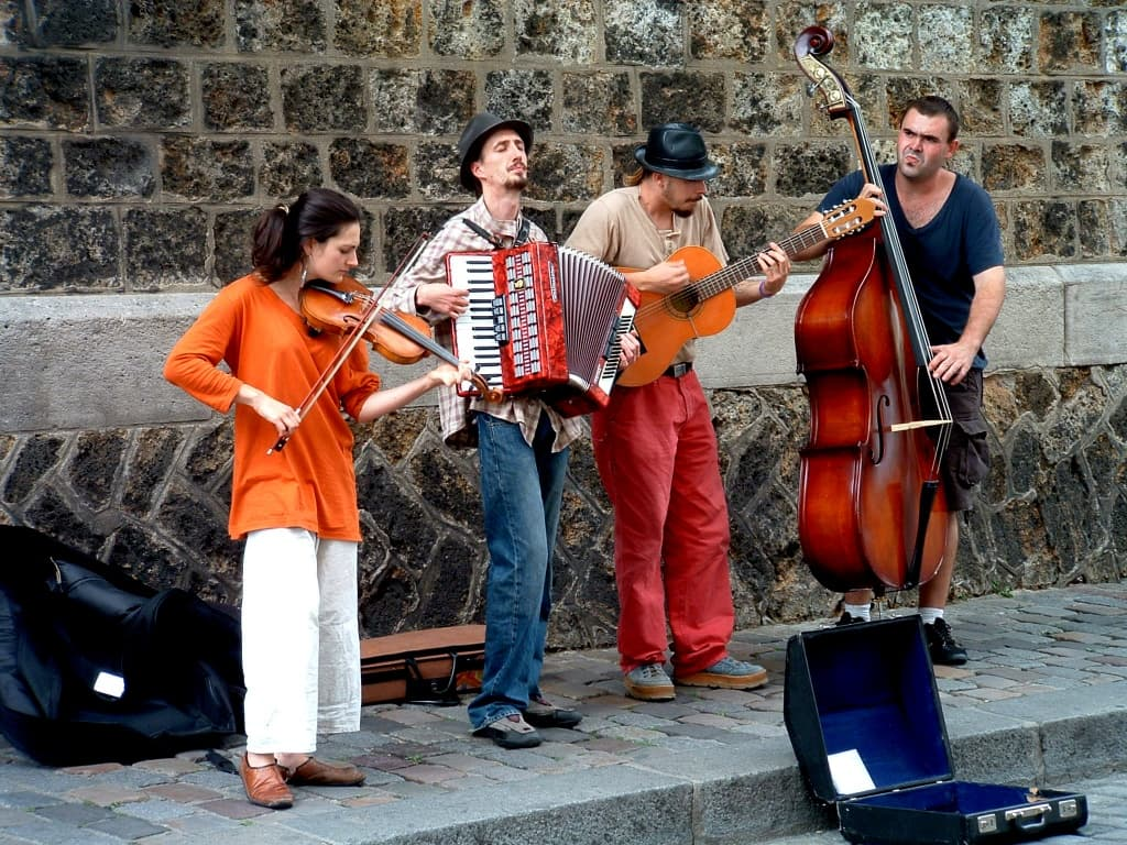 Music_band_in_Montmartre.jpg